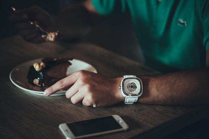 Tischmanieren: Was nicht auf den Esstisch gehört