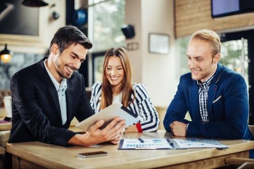 Frauen und Männer kommunizieren im Beruf